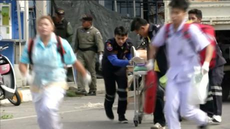 Des secouristes transportent une civière avec un blessé à Hua Hin