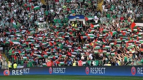 Des fans du Celtic Glasgow agitent des drapeaux palestiniens devant une équipe israélienne (IMAGES)