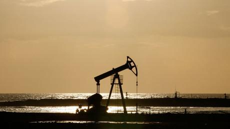 Le prix du pétrole dépasse 50 dollars, les négociations sur le gel de la production approchent