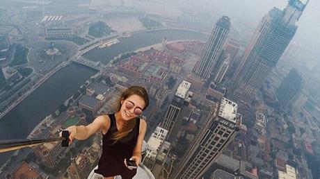 Cette jeune femme russe prend les selfies les plus dangereux du monde