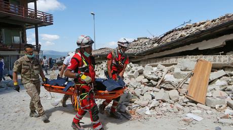 Italie : opérations de sauvetage en cours dans le village d'Amatrice après le séisme meurtrier