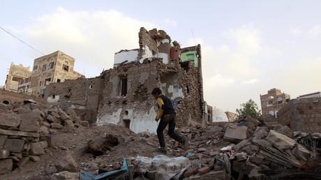 Des bâtiments en ruine à Sanaa, après des frappes aériennes de la coalition menée par l'Arabie saoudite, en mars 2016.