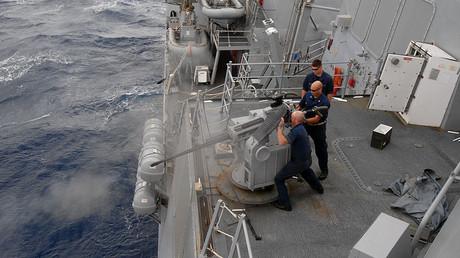 Des marins en exercice sur l'USS Nitze. Wikimedia Commons. DR