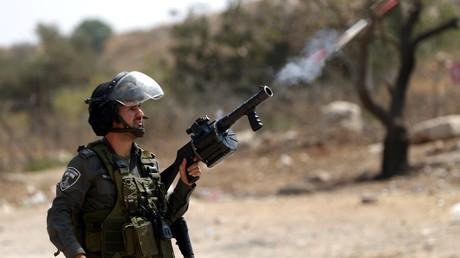Un policier israélien tire du gaz lacrymogène