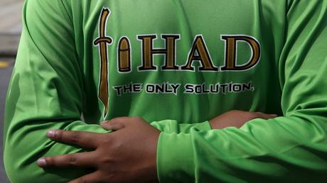 Un jeune homme porte un sweatshirt pro-jihad en Malaisie