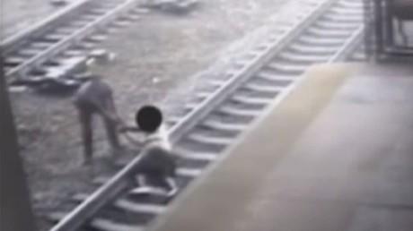 Images stressantes du sauvetage in extremis d'un homme sur une voie ferrée (VIDEO)