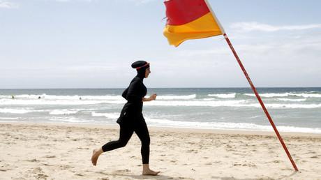 Une femme en burkini sur la plage