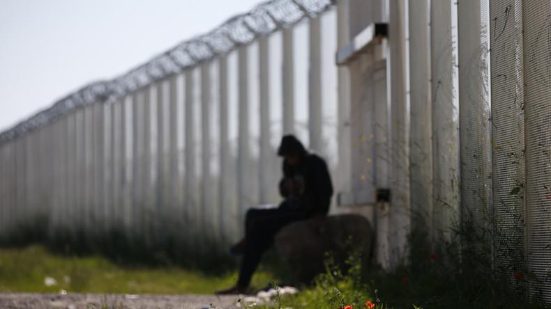 Un migrant près de la clôture de Calais