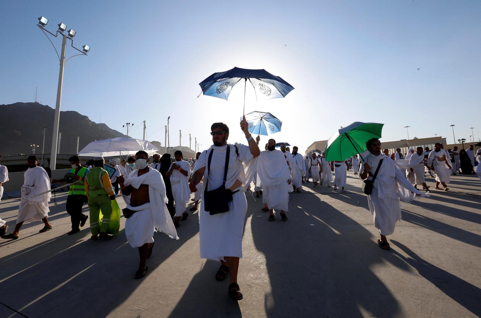 Des pèlerins quittant la ville de Mina après la lapidation des symboles de Satan.