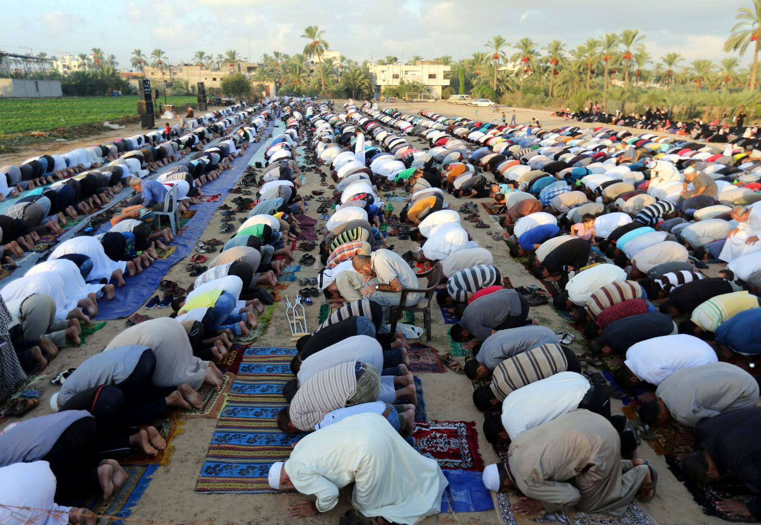 Prière de masse à Khan Younès, dans la bande de Gaza, pour le début de l'Aïd.