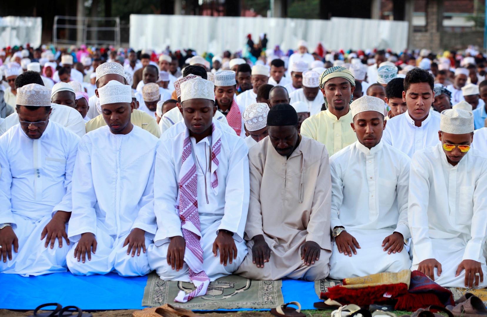 Des musulmans en prière à Mombasa, ville portuaire du sud du Kenya.