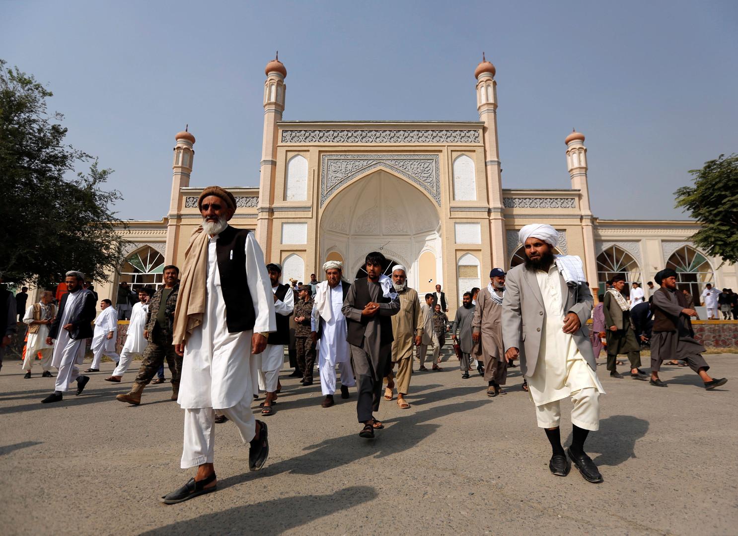 Des Afghans rentrant chez eux après la prière du matin de l'Aïd, à Kaboul.
