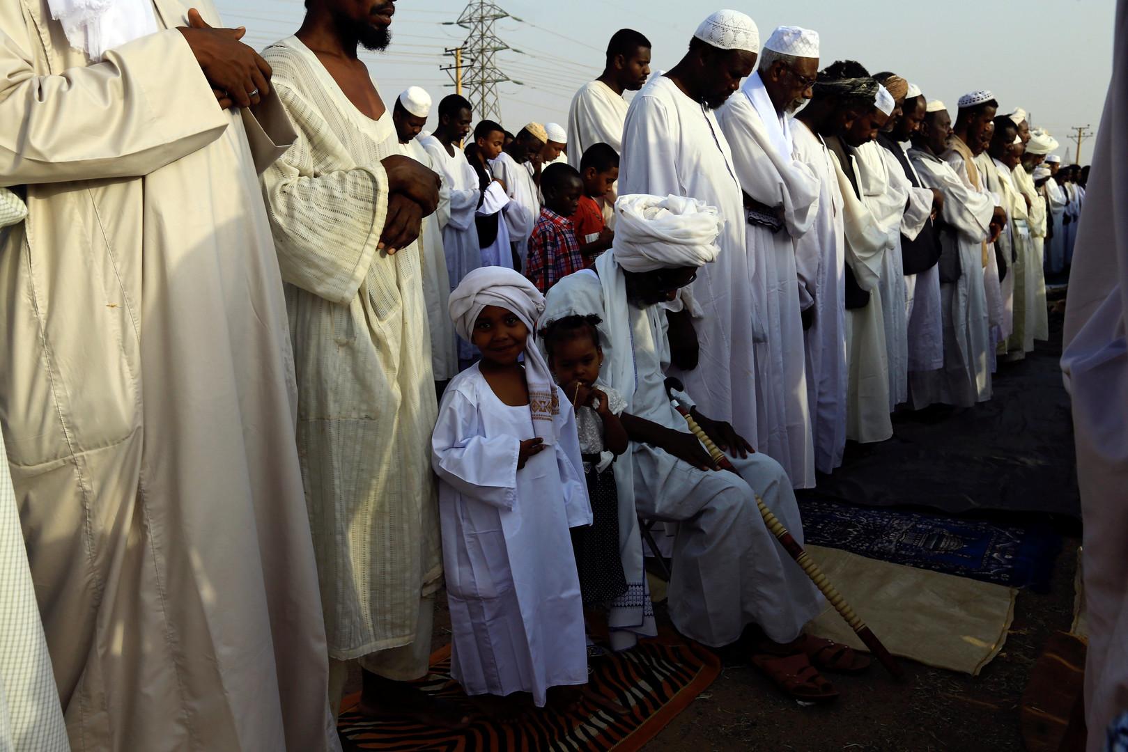 Des fidèles se rassemblent pour célébrer l'Aïd, à Khartoum.