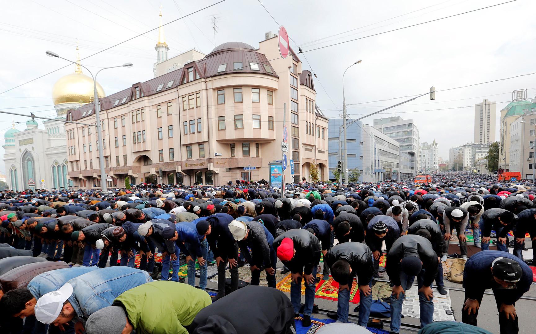 Des musulmans en prière près de la grande mosquée de Moscou.