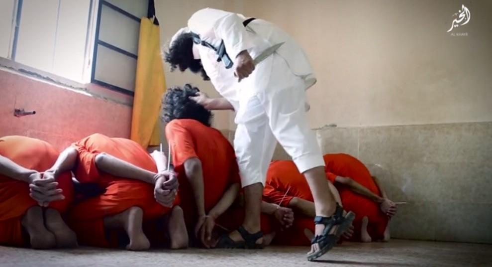 Le jour de l'Aïd, Daesh met en scène l'exécution de 12 «espions» dans un abattoir (PHOTOS CHOC)