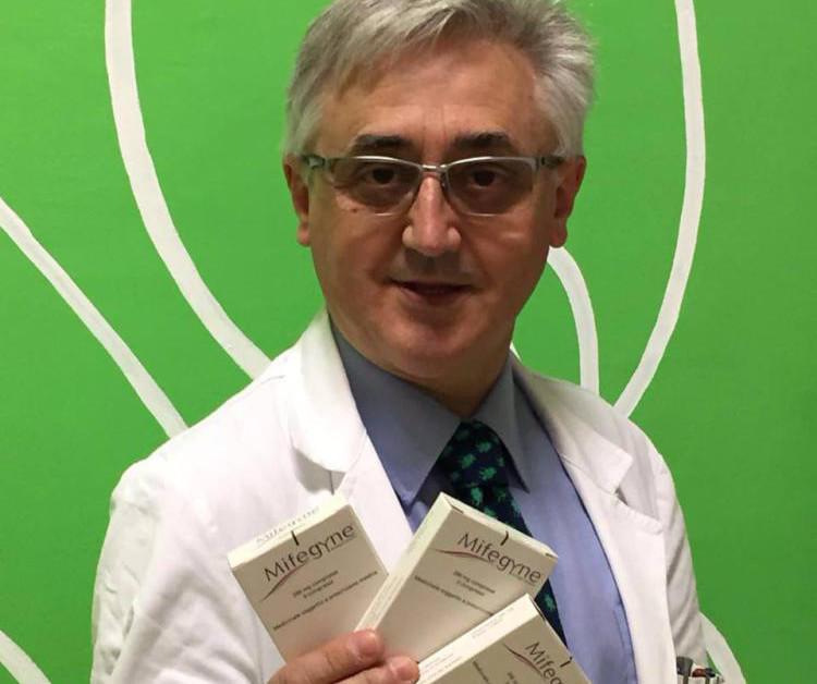 Silvio Viale faisant la promotion de la pilule Mifegyne sur Facebook. Capture d'écran