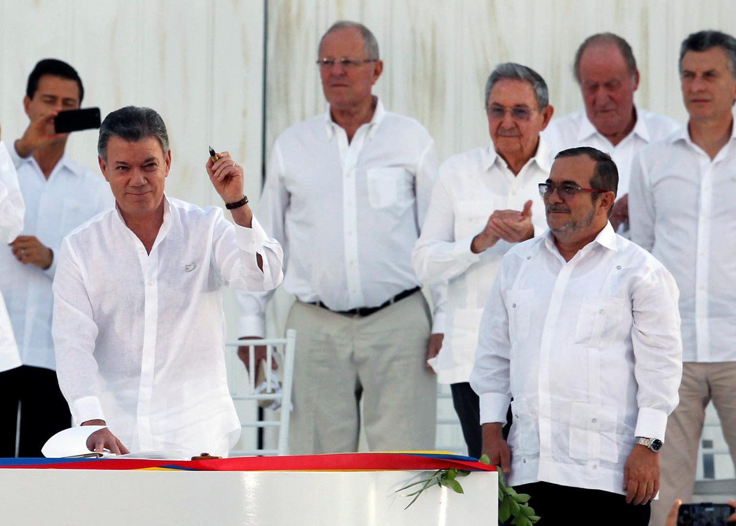 Colombie : les autorités et les FARC signent un accord de paix après 50 ans de guerre