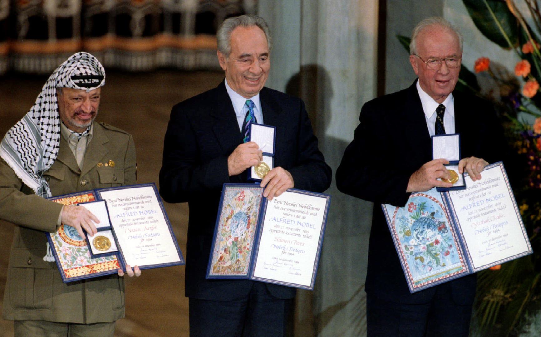 Yasser Arafat, Shimon Peres et Yitzhak Rabin montrent leurs prix Nobel