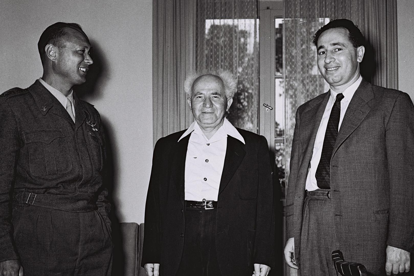 Shimon Peres (à droite) en tant que ministre de la Défense en 1955
