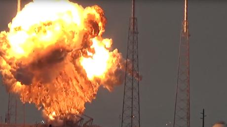 La puissante explosion d'une fusée Space X sur sa rampe de lancement