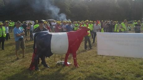 Les agriculteurs réunis devant le château de Chambord