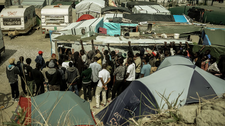 La queue des migrants dans le camps de Calais