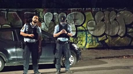 Des policiers sécurisent la zone après la fusillade
