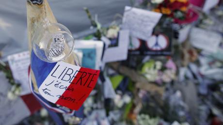 Un mémorial improvisé suite aux attentats du 13 novembre près du Bataclan