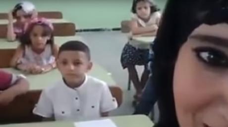 Algérie : une enseignante accusée d'endoctrinement après un selfie avec ses élèves (VIDEO)