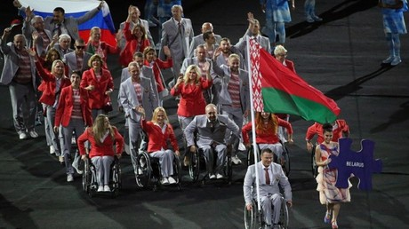 La délégation paralympique biélorusse arbore le drapeau russe en soutien aux athlètes disqualifiés
