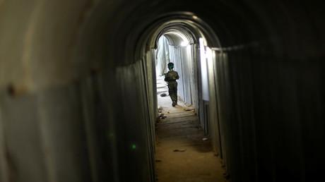 Un garçon palestinien dans un tunnel souterrain