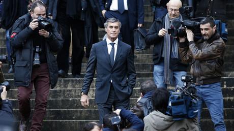 Jérôme Cahuzac descendant les escaliers du Palais de Justice de Paris