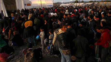 Des migrants en Macédoine, après avoir traversé la frontière grecque.