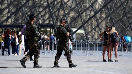 Patrouille de soldats près du Louvre. Image ©AFP