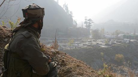 Un soldat indien veille près de la base militaire à Uri