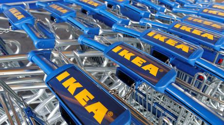 Des charriots dans un magasin IKEA en France