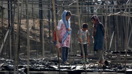 Des migrants dans le camp de réfugiés de Moria sur l'île de Lesbos détruit par le feu, le 20 septembre 2016.   Lesbos, Greece, September 20, 2016