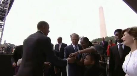 Ce moment savoureux où George W. Bush demande de l'aide à Barack Obama pour... prendre un selfie !