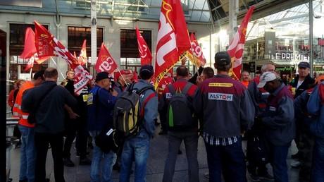 Les salariés d'Alstom sont arrivés dans un TGV spécial pour manifester devant le siège du groupe