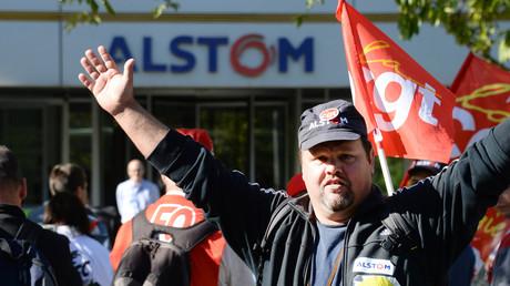 Un partisan de la CGT devant les locaux d'Alstom le 27 septembre 2016