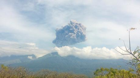 Eruption du mont Barujari en Indonésie : près de 400 touristes manquent à l'appel (VIDEOS)