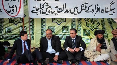 Karim Khan en compagnie de ses avocats, en 2010.