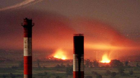 Les avions américains qui ont laissé des traces dans le ciel en bombardant une usine aux alentours de Belgrade, Yougoslavie.