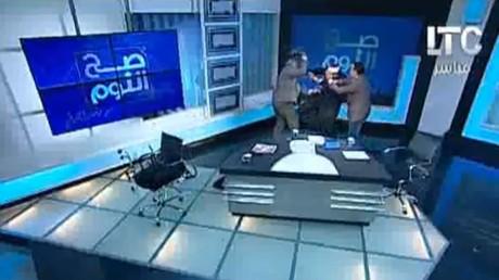 Egypte : un imam attaqué à coup de chaussure sur un plateau TV pour sa position sur le voile (VIDEO)