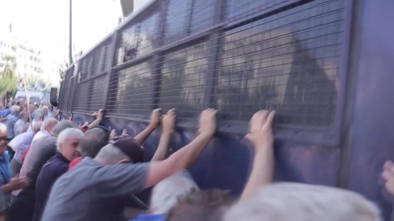 Grèce : des retraités fous de rage tentent de renverser un fourgon de police (VIDEO)