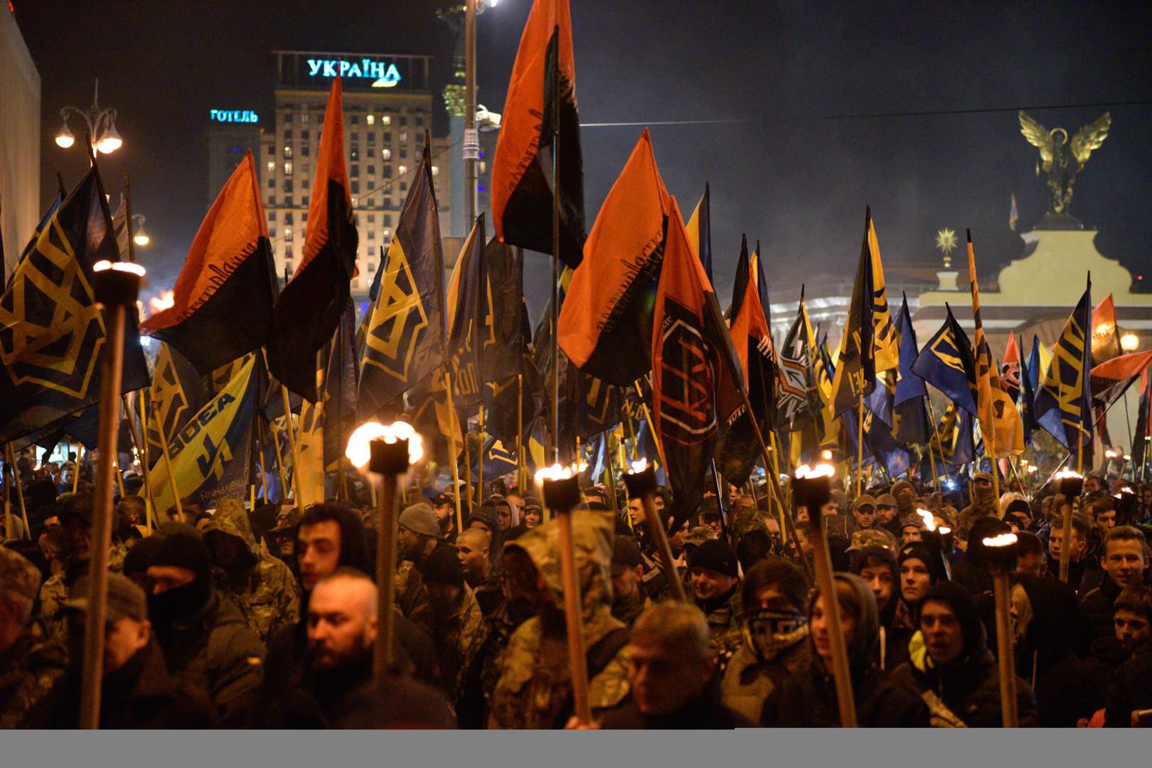 Entre torches et fumigènes, les nationalistes ont participé à la marche de la Nation à Kiev (IMAGES)