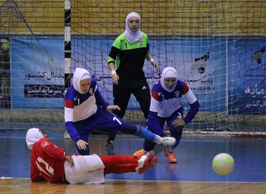 L'équipe féminine russe de futsal adopte le hijab pour un match amical en Iran (VIDEO)