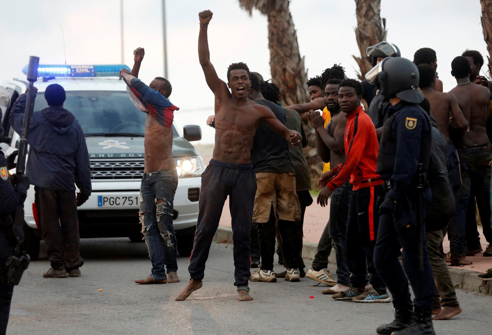 Maghreb : plus de 200 migrants forcent la frontière de l'enclave espagnole de Ceuta (IMAGES)