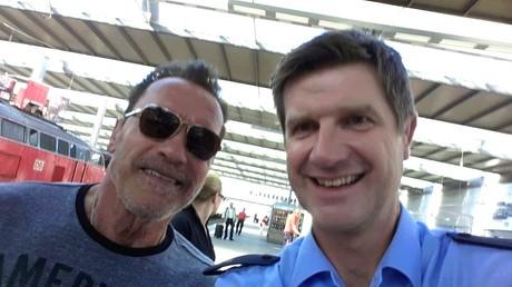 Arnold Schwarzenegger interrompu dans sa balade à vélo par la police allemande