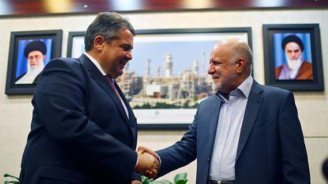 Le ministre iranien du Pétrole Bijan Zangeneh (d.) accueille le ministre de l'économie allemande Sigmar Gabriel (g.) à Téhéran. Photo ©Hannibal Hanschke/Reuters